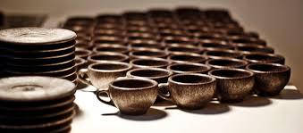 Economia circolare: tazze e tazzine fatte con i fondi di caffè