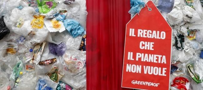 Per il black friday a Milano un pacco di rifiuti in plastica da Greenpeace